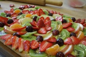 crostata di frutta fresca con fragole, uva, kiwi, pesche e mandaranci.